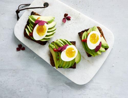 Opskrift: Ristet rugbrød med avocado, smilende æg og harissa