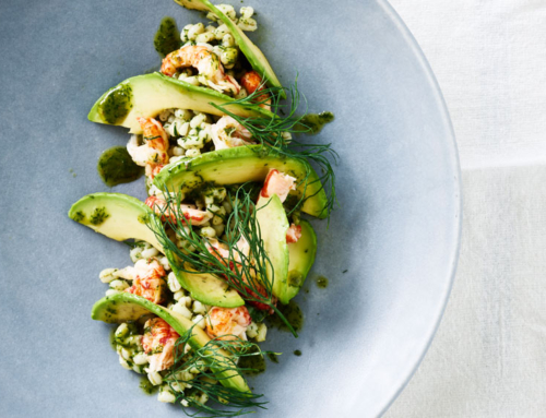 Opskrift: Salat med perlebyg, krebsehaler og dild-mynte-vinaigrette