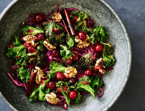 Opskrift: Salat med rød spidskål, ristet grønkål, syltede tranebær og valnødder