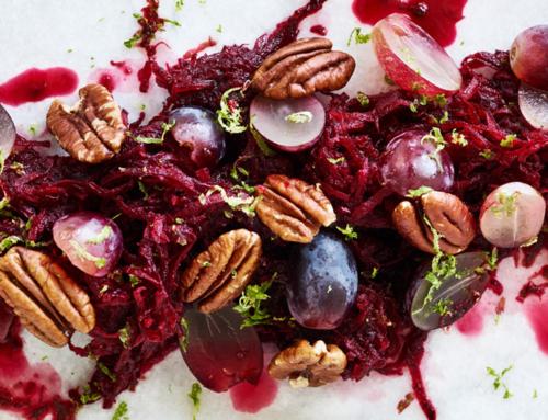 Opskrift: Råkost 2.0 med rødbede, limevinaigrette, druer og pekannødder