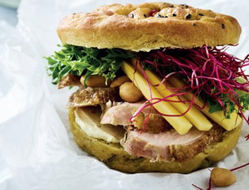 Opskrift: Grillet kyllingesandwich i spicy foccacia med mango og karry